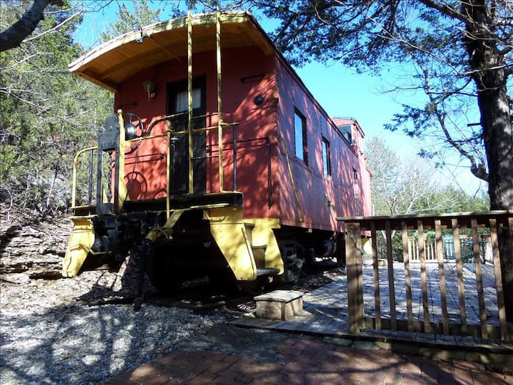 Caboose 102 - Victorian Theme, Queen Bed, Kitchenette, Deck, Scenic Wooded View, Private and Unique