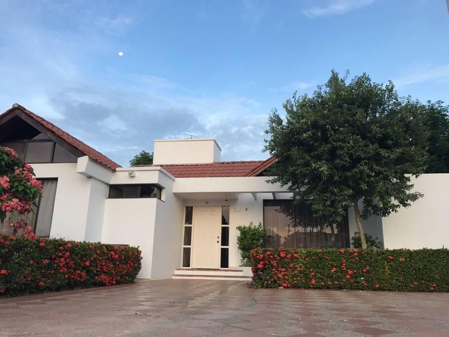 Main entrance of the house with four parking lots.  Entrada de la casa con cuatro garajes