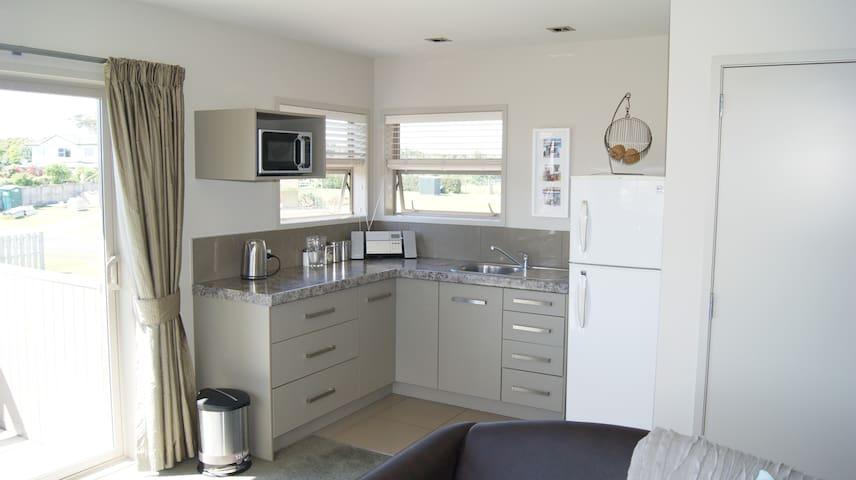 Moana Views modern self contained 2 bedroom unit - Athenree - Rumah Tamu