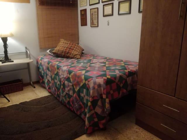 Habitación pequeña, bien ubicada, con aire.