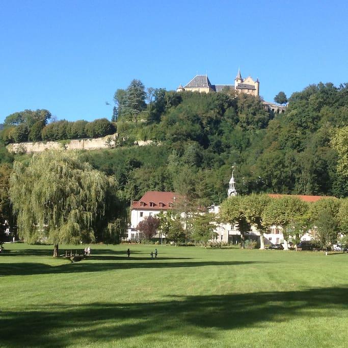 Vue sur le Château depuis le parc d'Uriage / Castle view from Uriage public park