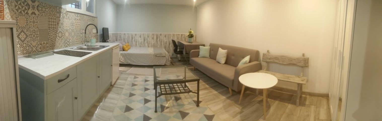Habitación con cocina en casa independiente