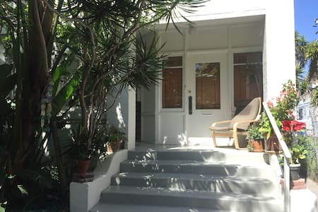 Magical beach condo steps to sand! - Los Angeles - Apartment