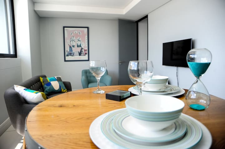 Studio 100: city-sleek in heart of the city