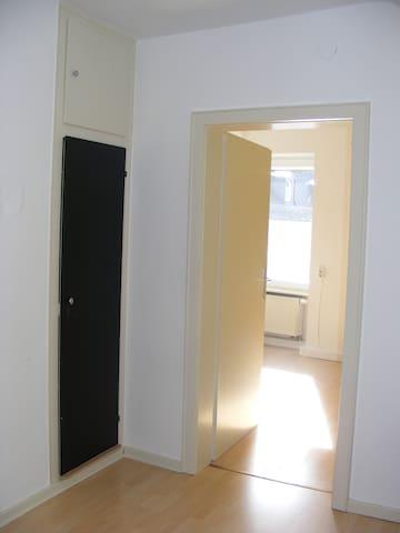 2 nette Zimmer - Halbes Obergeschoß - Kaiserslautern - Hus