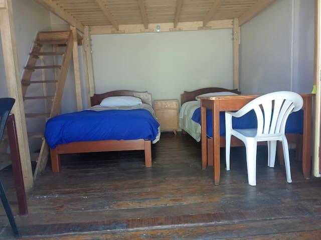 Habitación de 4 a 5 camas; el precio incluye el desayuno y el traslado del aeropuerto al Hospedaje. Cada cama es de plaza y media, colchon Rosen, sábanas de algodón; el piso de la habitación es de pino oregon, al igual que las puertas. Los servicios higiénicos y ducha es de uso exclusivo de la habitación (no se comparte). La habitación puede ser bloqueada desde una reserva de 03 camas.