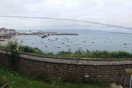 Chambre rouge sur le port du Rosmeur - Douarnenez