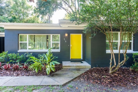 """NEW """"The Black Magnolia Cottage"""" TWO min to Campus"""