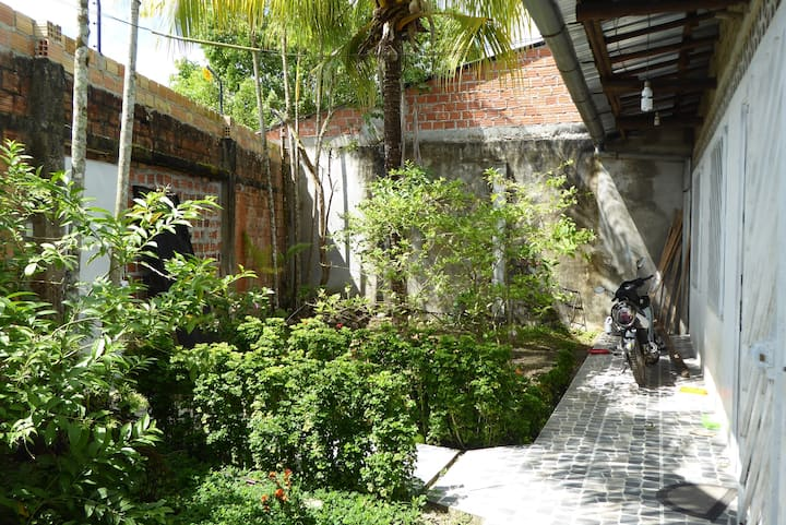 Casa amplia , con un  jardin agradable