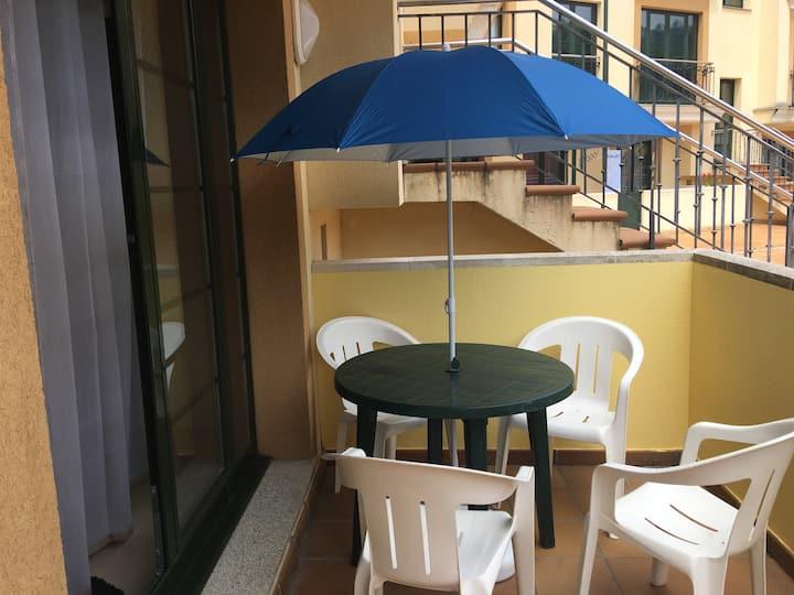 Apartamento con terraza privada y piscina.
