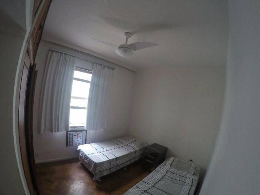 Quarto com Ar- Condicionado, duas camas de solteiro, ventilador e armário