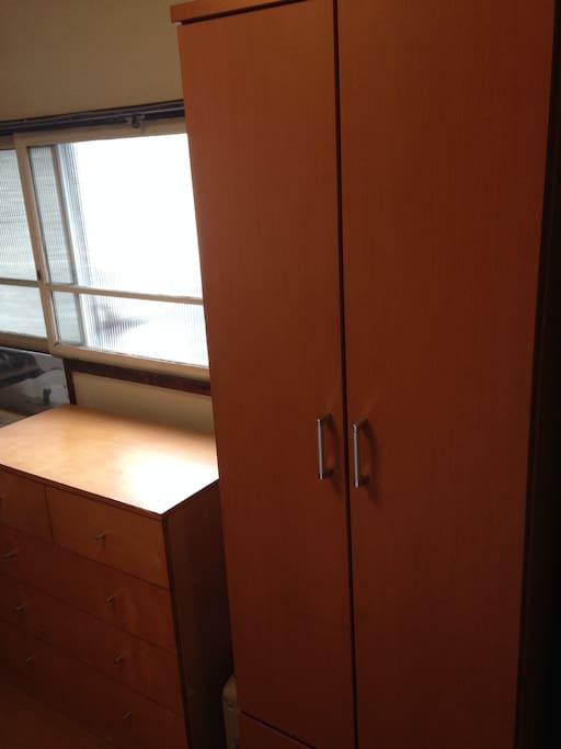 チェストとクローゼットで収納抜群♪スーツ等もかけられます。室内には飾り棚もあります。