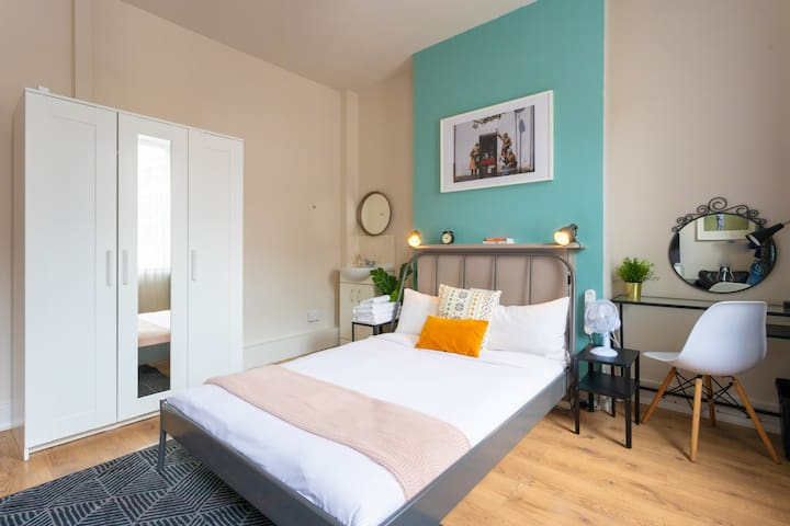 Central double room - perfect to explore London!