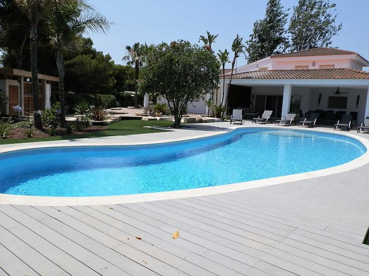 CASA CAHCAP,Ideal house for your holidays near the sea, free wifi, private pool, pets allowed, dog's beach.