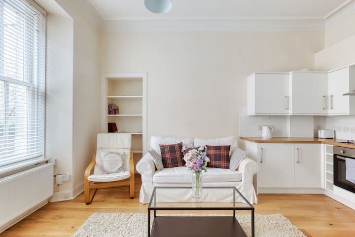 Cosy Bright Apt near The Meadows + The Royal Mile
