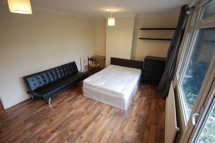 BEAUTIFUL and Cozy Garden Room Liverpool Street