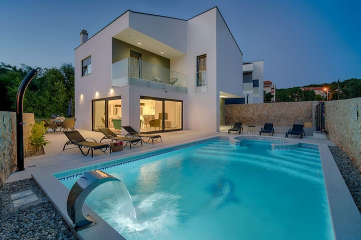 Villa with pool,30 m from the sea,beautiful beach