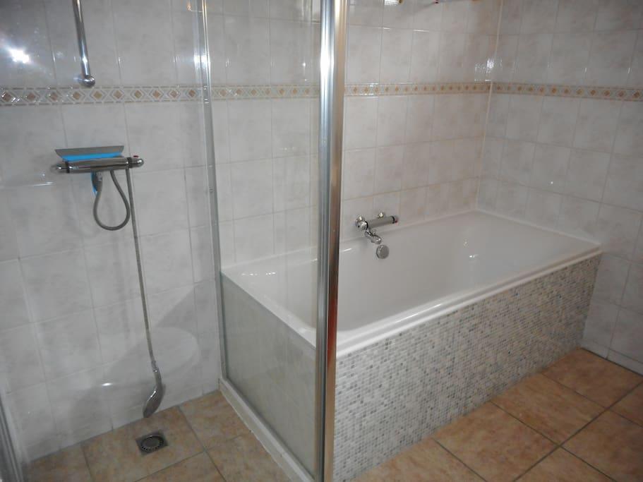 Ruime badkamer. douche en ligbad.