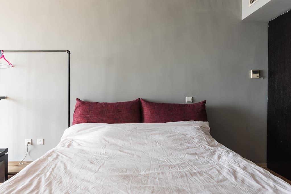 二楼卧室的双人床,配棉麻床品