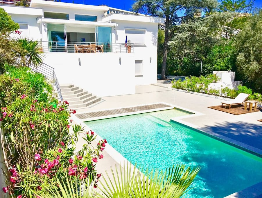 Vue villa jardin et piscine