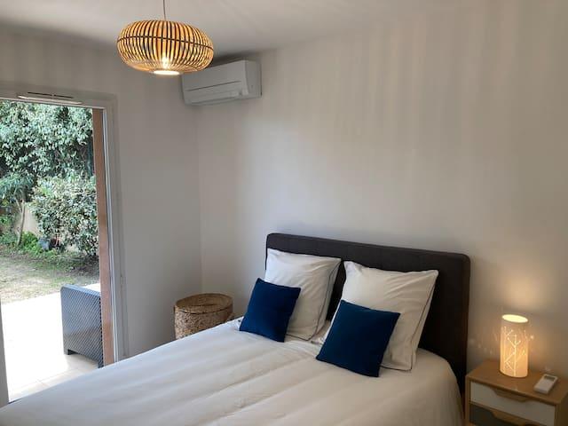 Chambre 2, climatisée, ouvrant sur le jardin. Chaque chambre dispose d'un grand placard avec rangements et penderie.