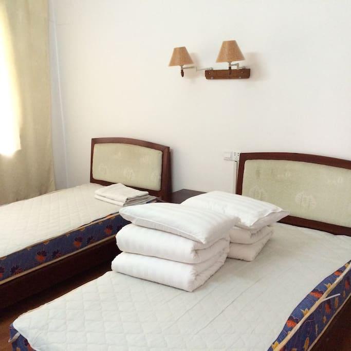 每个房间2张床位,被褥和床单每天更换,干净整洁!