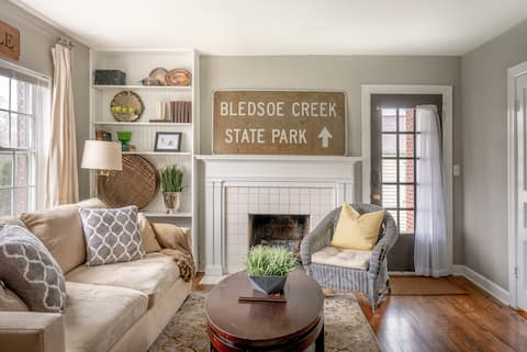 Cozy Cottage with Vintage Decor Near the Airport