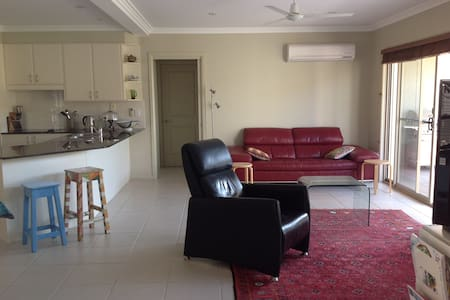 Spacious easy living townhouse, near the beach. - Tuncurry - Townhouse