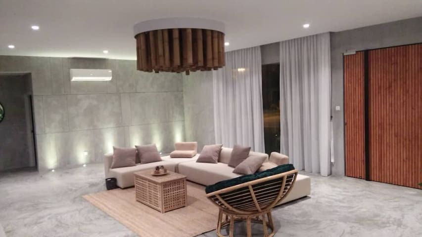 LUXURY VILLA A'FAMOSA是独立式别墅,高档且温馨的设计,适合各种样式的派对。