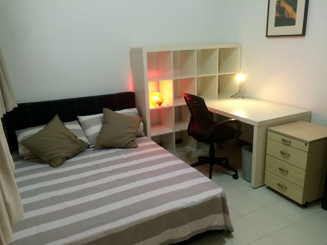 Private room with queen bed & workspace - Singapore