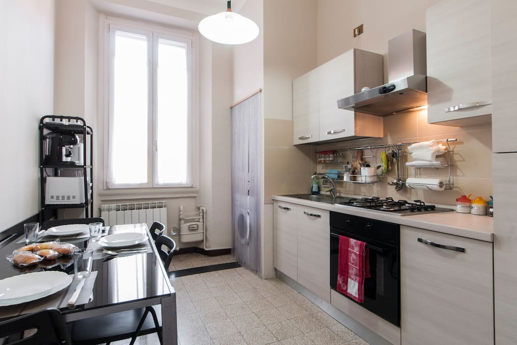 Cucina molto ampia e confortevole attrezzata per 5 persone.  Very large and comfortable kitchen equipped for 5 people.