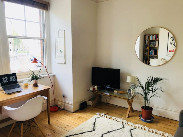 Bright double bedroom with great transport links