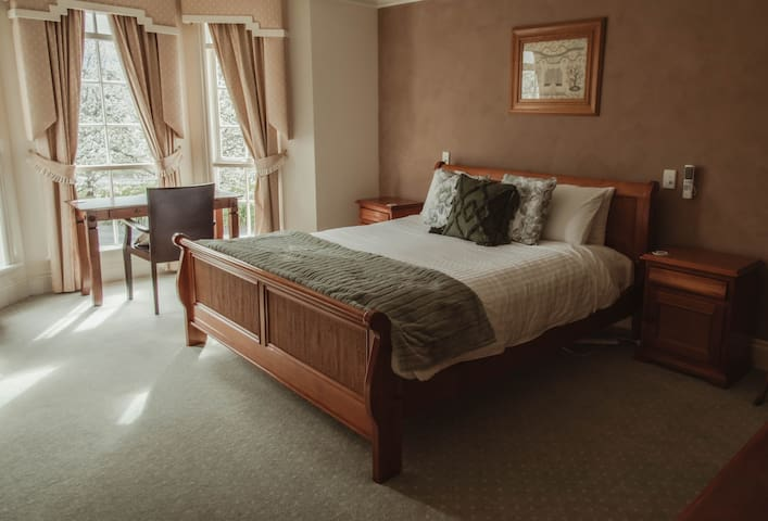 Luxury at Montfort Manor - Trump Suite