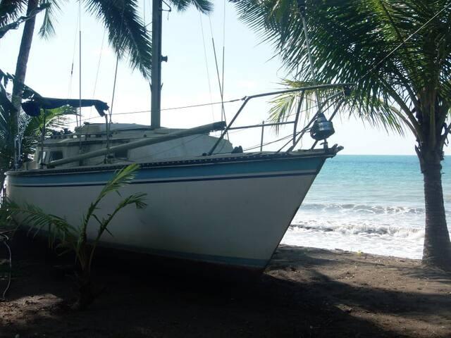 El barco de nuestro pirata Guereguere. descansando de sus innumerables odiseas por los mares del mundo.