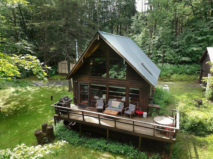 Retro Catskills Chalet with Private Lake Access