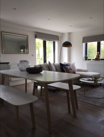 Stunning Penthouse with Balcony - Epsom  - Appartement