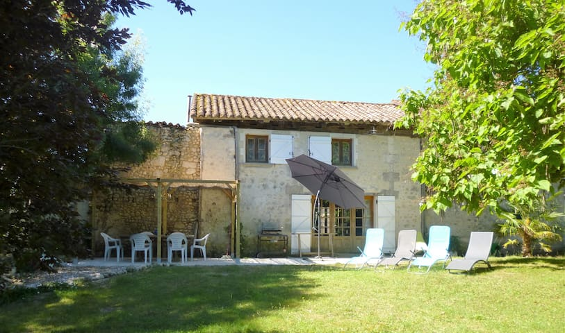 Lovely 250 year old gite for six near Aubeterre - Laprade - House