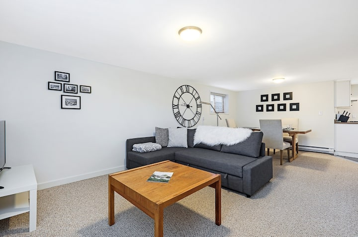 Spacious Suite  in the Heart of Courtenay