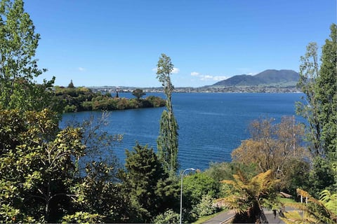 Taupo Acacia Escape with Amazing Close lake views.