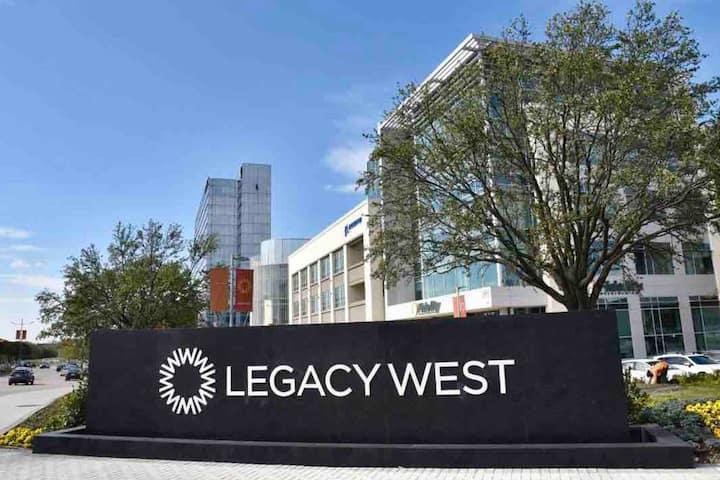 Elegant 2 BRs West Legacy Prime Location Pool Open