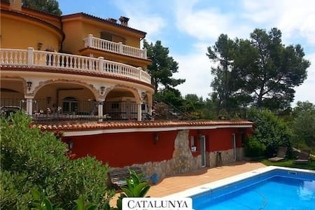 Fantastic 6-bedroom villa in Torrelles for 12 people, just 15km from Barcelona and the Mediterranean - Willa