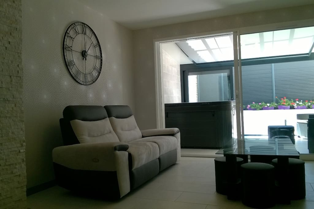 salon avec canapé relax électrique avec vue sur la véranda et terrasse