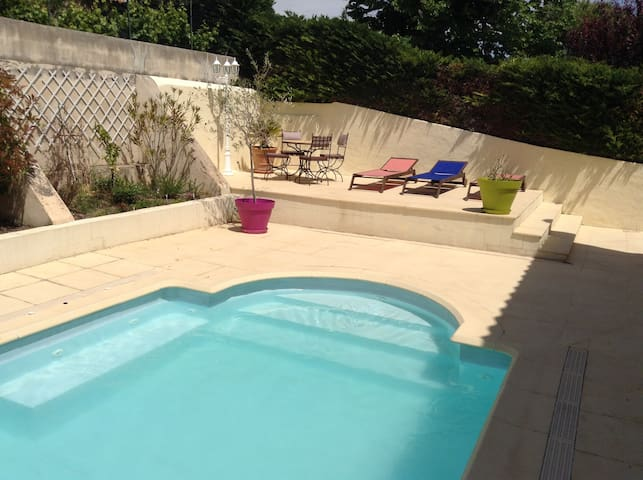 Rooms for 4 in a quiet house with pool - Allauch - Bed & Breakfast