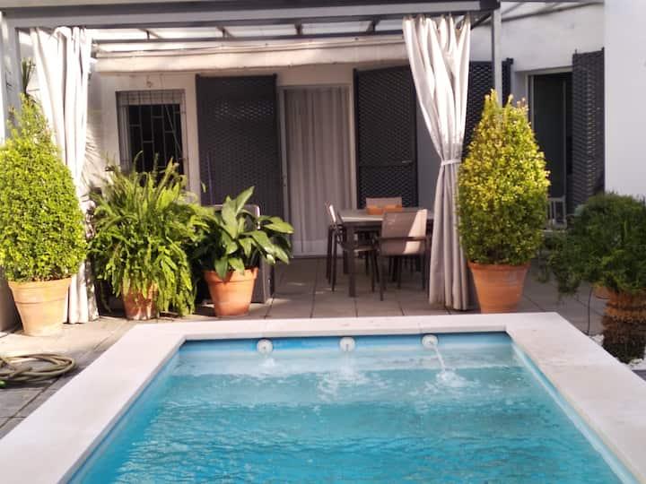 Estudio con jardín y piscina