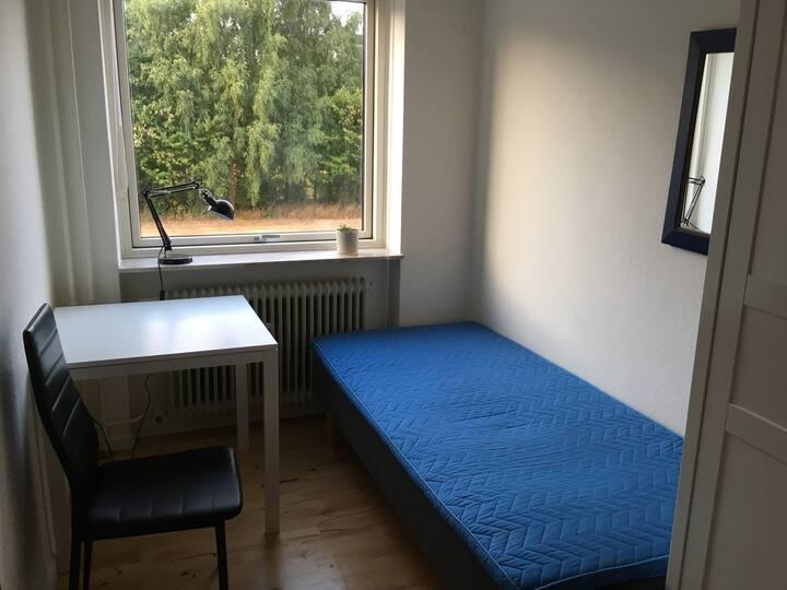 Lille værelse i roligt kvarter. Tæt på Brabrand Sø
