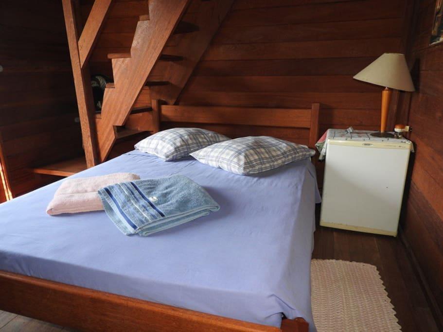 Suíte 4 - Suíte com bwc privativo. Possui 01 cama de casal + 01 colchão de casal. A cozinha é compartilhada com os demais hóspedes.