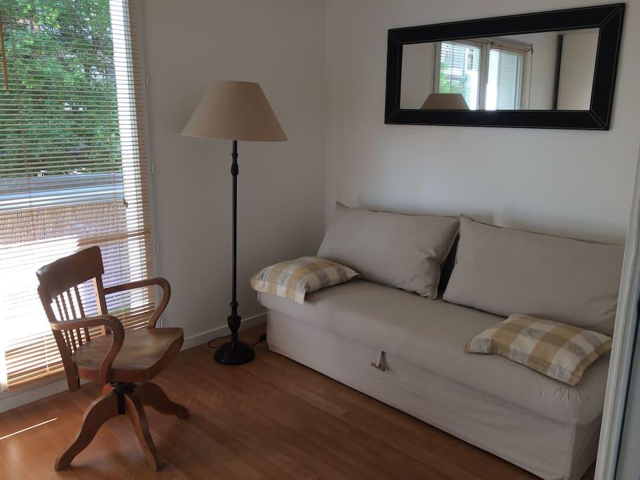 La deuxieme chambre donne aussi sur une petite terrasse. Le canapé ouvert est un lit très confortable.