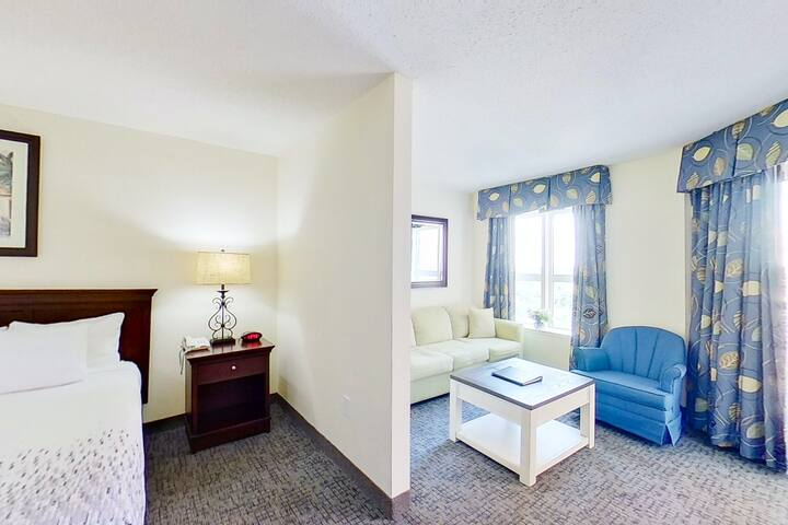 15th floor studio w/ WiFi, central AC, balcony, shared hot tub, & shared pool