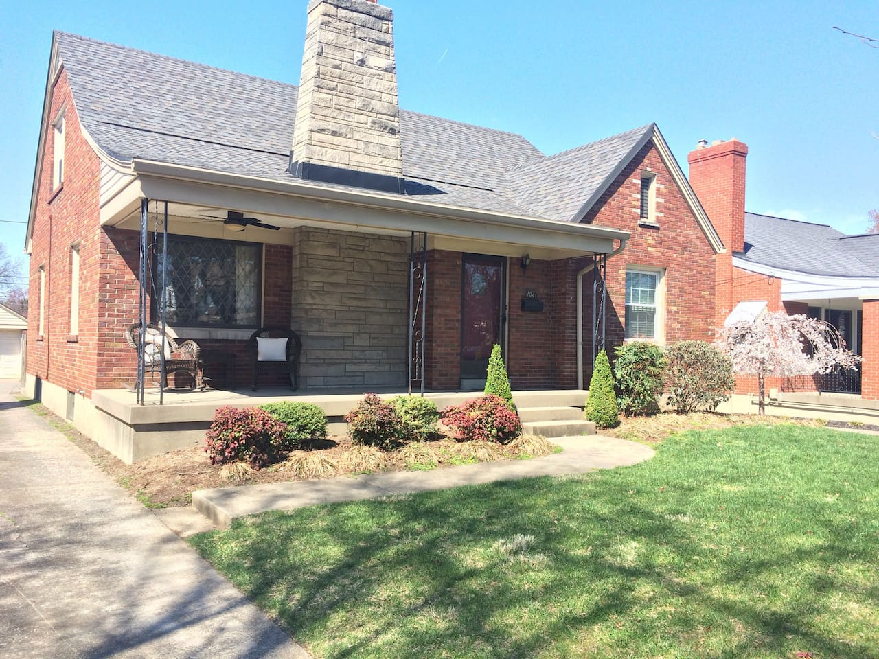 Beautiful brick house on Eastern Parkway just a couple of miles to Churchill Downs!