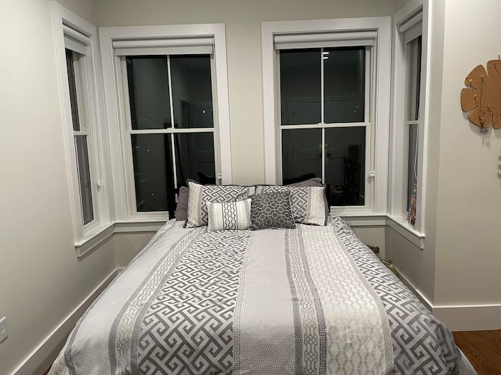 Beautiful bedroom, min from downtown and harbor